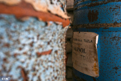 Burad-sa-nepoznatim-sadrzajem-ispred-napustene-zgrade-u-industrijskom-krugu-HAK-Tuzla-2