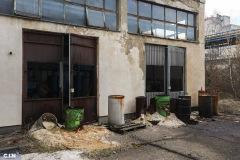 Burad-sa-nepoznatim-sadrzajem-ispred-napustene-zgrade-u-industrijskom-krugu-HAK-Tuzla