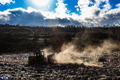 Radna-masina-razvlaci-otpad-po-plohi-deponije-Smiljevici.