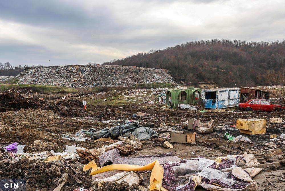 Iako-je-deponija-Desetine-u-naselju-Moluhe-kod-Tuzle-predviđena-za-komunalni-otpad-na-njoj-ima-i-industrijskog-i-opasnog-otpada